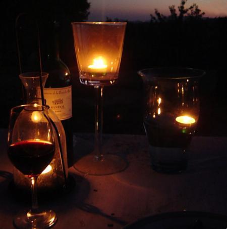 Bandol Rouge Domaine de la Tour du Bon sur une table à la lueur de bougies